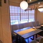 京いろめし 洛匠 - カジュアルに楽しむならテーブル席。ランチは窓際は明るくていい