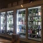 山新 - ずらりと新潟の日本酒が並びます。