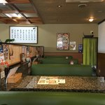 定食屋 めしどき - 回転寿司店の名残りある店内