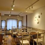 ボンヌ カフェ - 2階テーブル席15席