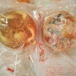 シャンポリオン - 料理写真:焼カレーパン クルミレーズンぱん右焼カレーさっぱり味辛くない!