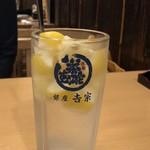 銀座 吉宗 - 吉宗サワー 氷の代わりに凍らせたレモンが入っている。中身だけなら@300円