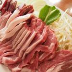 あんべ - 大皿の肉と野菜。