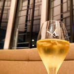 95434192 - シャンパンと窓