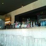 グランドセラー&バール 日家 - たくさんのお酒が並びます。