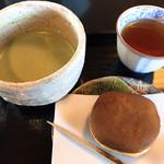 95447019 - お抹茶とお菓子のセット お菓子は栗きんとんどら焼き