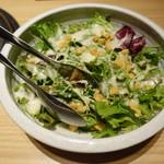 95448329 - 本日のサラダ:チーズっぽいソースの野菜サラダ