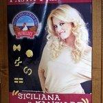 ラ・グラッツァ - お店に到着すると美人なお姉さんのお出迎えです。 イタリアのPRIMELUCI社のポスターだからイタリア人かな。 美人なお姉さんから目を離すと色んなタイプのパスタが一緒に写っていますね。