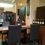 Restaurant la Raison - 通り側からのテーブル席から店奥の右部を撮影