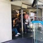 ファンファン - ランチタイムは店の入口まで長蛇の列