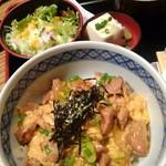 鳥一代 - 親子丼[日替り]850円(税込)ご飯軽目