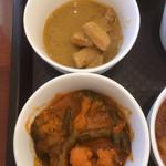 ニューワールドキッチン - 上がチキンカレー、下が野菜カレー