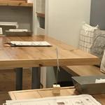Sandwich Box - 店内テーブル席。木目の色合いで居心地のいい雰囲気です。