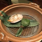 海老の髭 - お通し540円×2。大アサリとチマキ。大アサリのお汁がたまりません(╹◡╹)