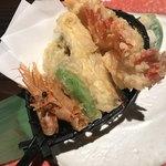 海老の髭 - 南蛮海老の天ぷら886円。甘エビを天ぷらにするなんて。。。とも思いましたが、旨味十分で美味しくいただきました(╹◡╹)