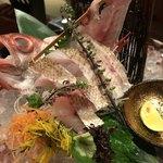 海老の髭 - のど黒の焼霜造り1426円。大ぶりなお刺身が炙られて、香ばしさ、甘さ、旨味が攻めてくる美味しさでした(╹◡╹)。カボスと塩が良く合います(╹◡╹)