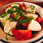 ITALIAN STAND GIGLIO - 水牛のモッツァレラとアメーラトマトのカプレーゼ
