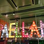 95472439 - カラフルな照明と吊り照明のレトロミックスなセンスがたまらなく良いです。