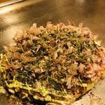 おかる - こちらはお好み焼きの豚玉。シンプルであっさりした味わいです(๑>◡<๑)