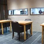 斗米庵 - 1階はテーブル席のみ小窓の向こうが厨房です