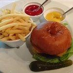 95477215 - TRADER VIC'S @The New Otani Tradition Lunch で選んだ トレーダーヴィっクス特製ハンバーガー