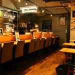 酒場食堂 もんぱち 坂ノ上 - 内観写真:ゆったりとしたカウンターはお一人様も気軽にご利用頂けます。
