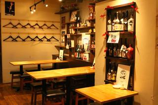 酒場食堂 もんぱち 坂ノ上 - テーブルのレイアウトは変えることができます。