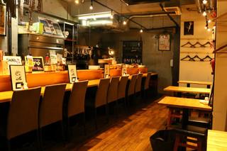酒場食堂 もんぱち 坂ノ上 - ゆったりとしたカウンターはお一人様も気軽にご利用頂けます。