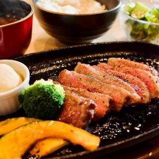 様々なお肉料理をこだわりの薬味で堪能…。お好みの味でどうぞ◎