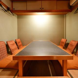 落ち着いた大人の隠れ家。接待や会食に最適な半個室もご用意