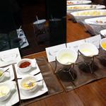 ルモンド・ガーデン - サラダ用のドレッシングは、ニンジン・バジル・福太郎の明太子の3種類。トッピングは、ピクルス・パルメザンチーズ・ベーコンフレーク・クルトン。