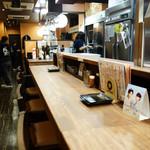 成吉 - カウンター席と店奥に小上がりがあります。