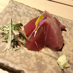 日本焼肉 はせ川 - 季節を感じる一皿(気仙沼の戻り鰹のお刺身)