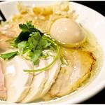 95504935 - 特鶏鮭塩麺 1130円 ものすごく繊細なバランスの上で成り立っているラーメンです。