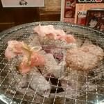 七輪焼肉 安安 - 肉を焼く