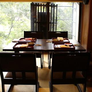 一枚板のカウンター。そして鴨川を望むテーブル席で過ごすひと時