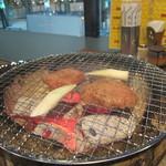 焼肉 永福苑 - 厚切りタンを焼いているところ