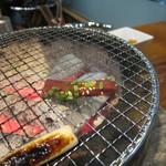 焼肉 永福苑 - 特上レバ焼を焼いているところ