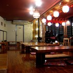 沖縄食材酒家 なかや - 板張りの店内。