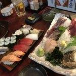 95518265 - 特選3種刺盛980円。お寿司は80円、100円、130円、150円~