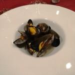 95525358 - モンサンミッシェル産のムール貝はワイン蒸しで