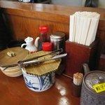 武蔵ラーメン - テーブルセット。ああ、にんにく入れたいよ~