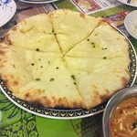 インド・ネパール料理 マナカマナ - チーズナン