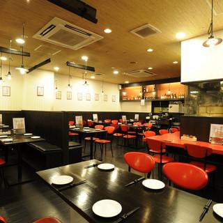 開放的な店内でゆったりお食事を!お得なランチ定食は500円~