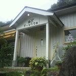 屋久島ヴィータキッチン - 店入り口。洒落たコテージ風。
