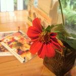 屋久島ヴィータキッチン - 内観写真:各テーブルには鮮やかなお花が彩る。センスを感じる。