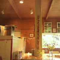 屋久島ヴィータキッチン-店内はコテージ風な作りで、こじんまりしているが天井が高く広く感じる。