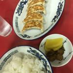 大阪王将 - 王将セットのご飯、漬物、追加で餃子。