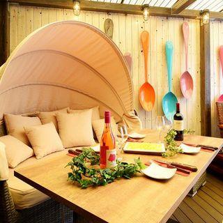 非日常的でカラフルなデザイン空間♪♪個室はソファーを完備♪♪