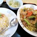 東海飯店 - 五目焼きそばとチャーハン 950円